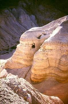 مخطوطات قمران (قنبلة البحر الميت اللاهوتية)